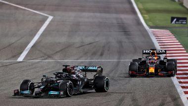 F1, GP Bahrain 2021: Lewis Hamilton seguito da Max Verstappen