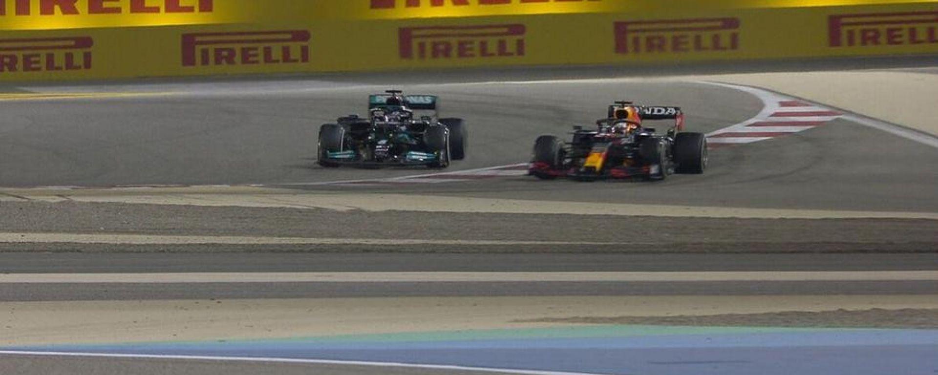 F1 GP Bahrain 2021, Sakhir: il sorpasso di Verstappen su Hamilton