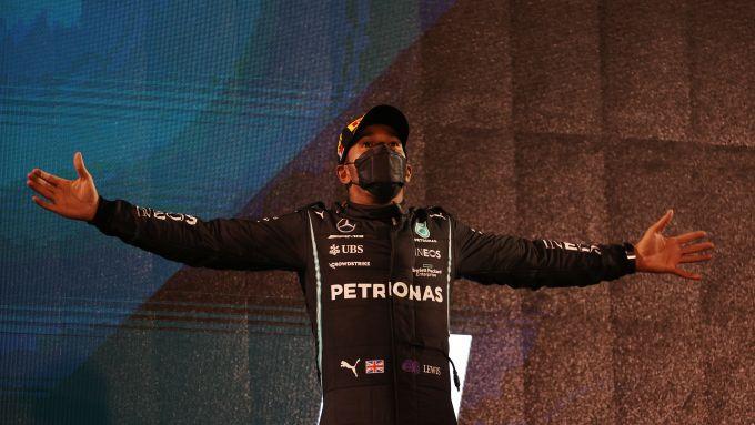 F1 GP Bahrain 2021, Sakhir: Lewis Hamilton esulta sul gradino più alto del podio