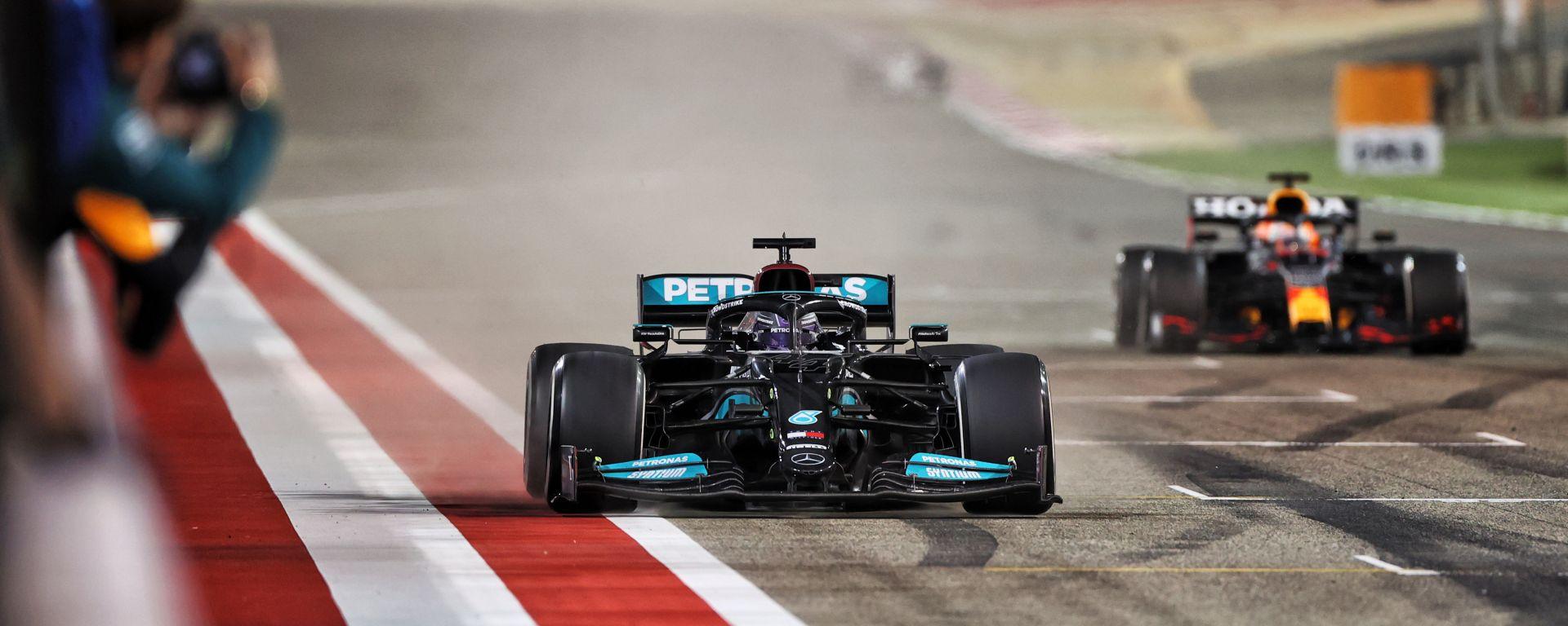 F1 GP Bahrain 2021, Sakhir: Lewis Hamilton (Mercedes) seguito da Max Verstappen (Red Bull)