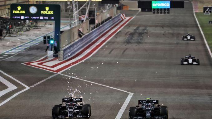 F1, GP Bahrain 2021: Yuki Tsunoda (AlphaTauri) sorpassa Sebastian Vettel (Aston Martin)