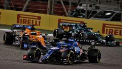 F1, GP Bahrain: Fernando Alonso (Alpine) in battaglia con Daniel Ricciardo (McLaren) e Lance Stroll (Aston Martin)