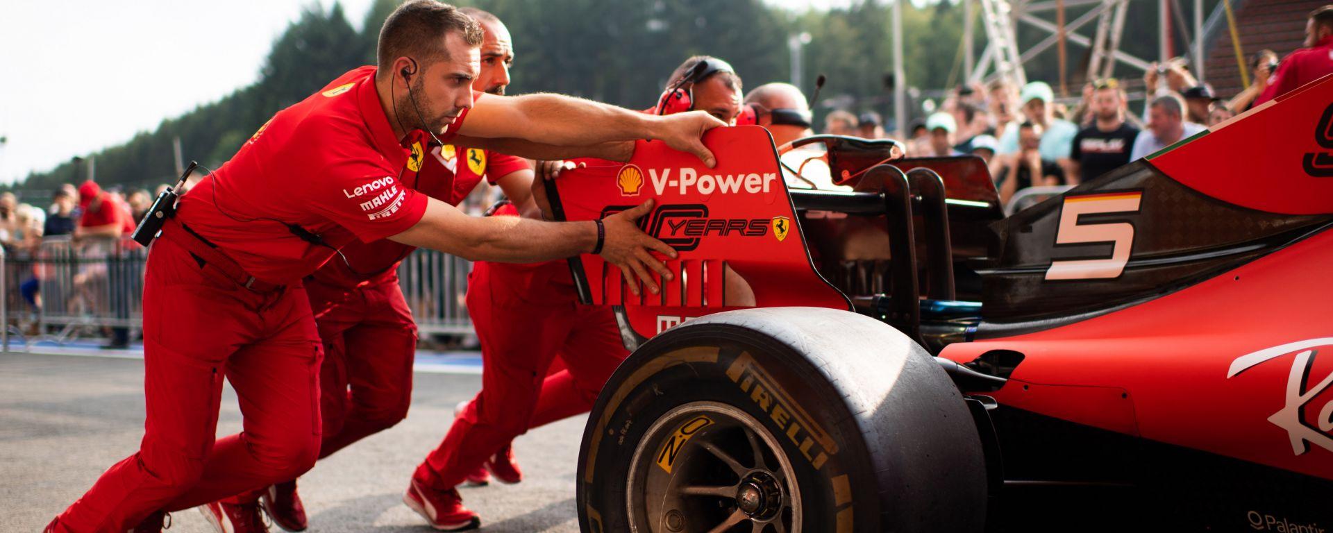 F1, GP Belgio 2019: meccanici Ferrari spingono la monoposto di Vettel dopo le verifiche tecniche