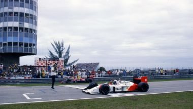 F1 GP Brasile 1988, Jacarepagua: Alain Prost (McLaren-Honda) taglia il traguardo per primo