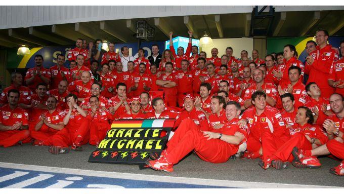 F1 GP Brasile 2006, Interlagos: Ferrari in festa al box per salutare Michael Schumacher