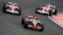 F1, GP Brasile 2008: Lewis Hamilton (McLaren) in battaglia con Timo Glock e Jarno Trulli (Toyota)