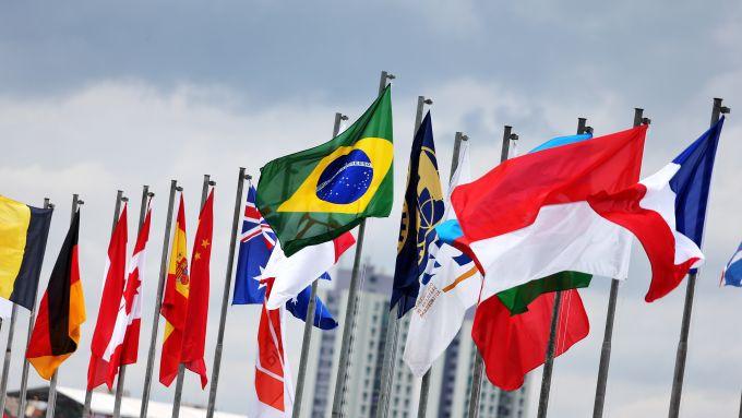 F1 GP Brasile 2019, Interlagos: la bandiera del Brasile in mezzo a tutte quelle dei Paesi ospitanti la F1