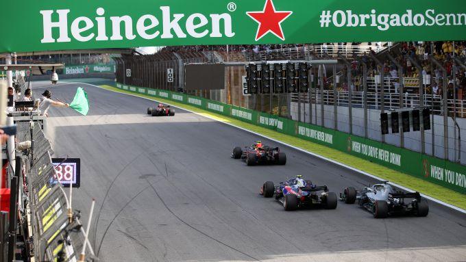 F1, GP Brasile 2019: ripartenza dopo la Safety Car, Lewis Hamilton (Mercedes) attacca Pierre Gasly (Toro Rosso) alle spalle di A