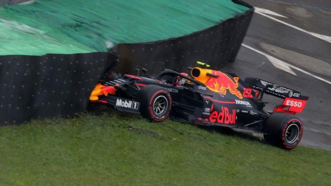 F1, GP Brasile: Alex Albon (Red Bull) sbatte contro le barriere durante le PL1