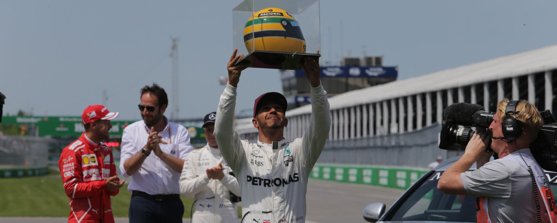 F1, GP Canada 2017: Lewis Hamilton (Mercedes) riceve un casco di Senna dopo averlo raggiunto a quota 65 pole