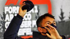 F1, GP Eisel 2020: il lancio della cuffia di Albon