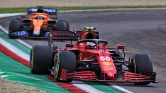 F1 GP Emilia Romagna 2020, Imola: Carlos Sainz (Ferrari) davanti a Daniel Ricciardo (McLaren)