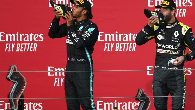 F1 GP Emilia Romagna 2020, Imola: lo shoey di Hamilton (Mercedes) e Ricciardo (Renault)