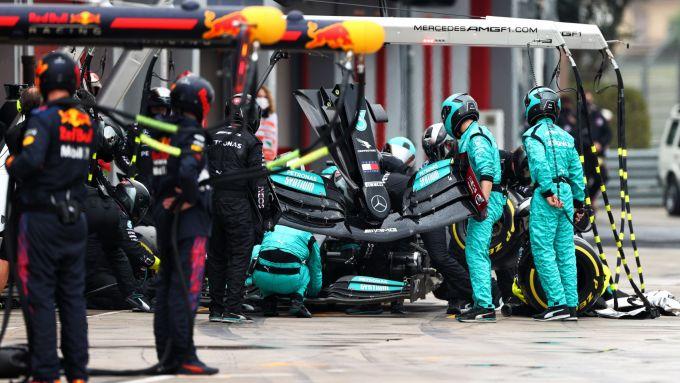 F1, GP Emilia Romagna 2021: il pit stop di Lewis Hamilton