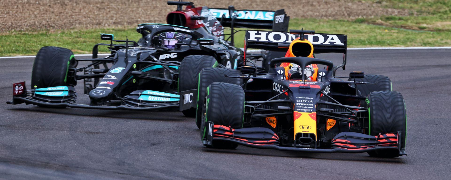F1 GP Emilia Romagna 2021, Imola: Max Verstappen (Red Bull) in lotta con Lewis Hamilton (Mercedes)
