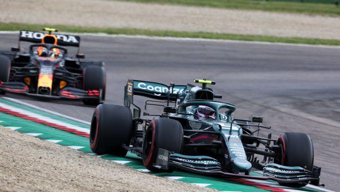 F1 GP Emilia Romagna 2021, Imola: Sebastian Vettel (Aston Martin) in lotta con Perez (Red Bull)