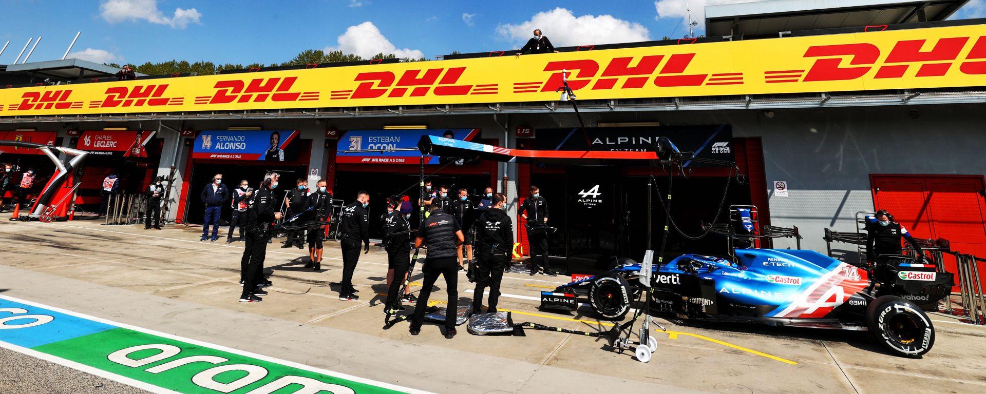 F1, GP Emilia Romagna 2021: la pit lane di Imola durante le PL1