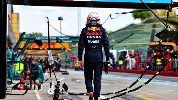 F1, GP Emilia Romagna 2021: Max Verstappen torna sconsolato ai box dopo aver parcheggiato la sua Red Bull