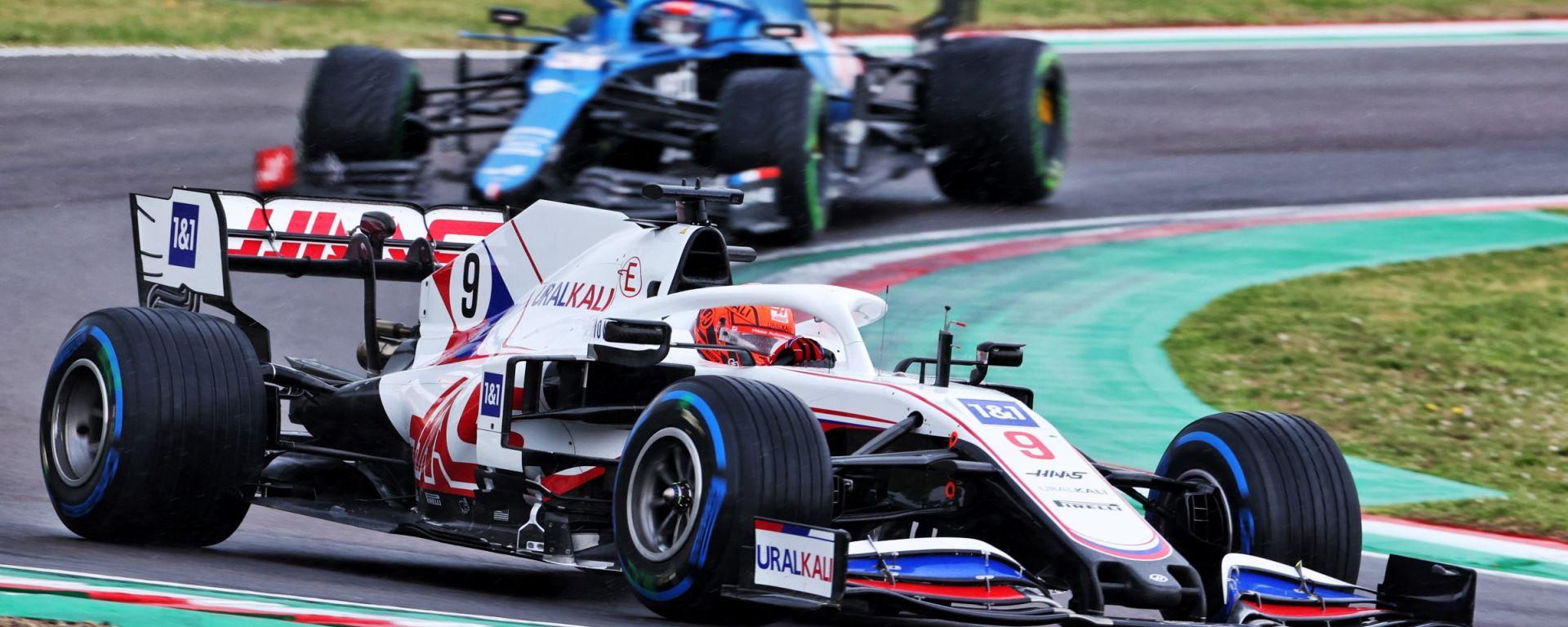 F1, GP Emilia Romagna 2021: Nikita Mazepin seguito da un'Alpine