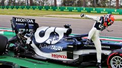 F1, GP Emilia Romagna 2021: Yuki Tsunoda scende dalla sua AlphaTauri dopo l'incidente in qualifica