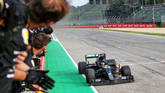 F1, GP Emilia Romagna: Lewis Hamilton (Mercedes) passa sotto alla bandiera a scacchi