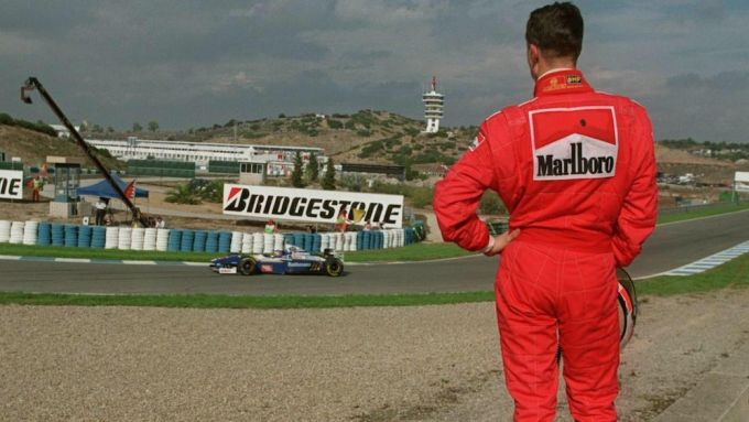 F1, GP Europa 1997: Michael Schumacher (Ferrari) osserva Jacques Villeneuve (Williams)