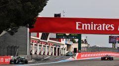 F1, GP Francia 2021: il momento in cui Lewis Hamilton esce dal box mentre sopraggiunge Max Verstappen