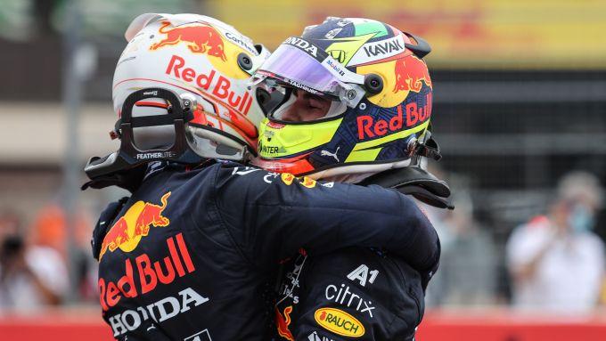 F1 GP Francia 2021, Le Castellet: Max Verstappen abbraccia Sergio Perez (Red Bull Racing)