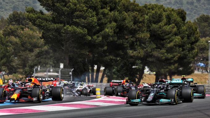 F1 GP Francia 2021, Le Castellet: Max Verstappen (Red Bull Racing) taglia la prima chicane al via
