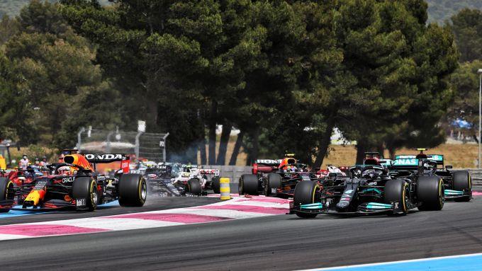 F1 GP Francia 2021, Le Castellet: Max Verstappen (Red Bull) va lungo alla prima curva