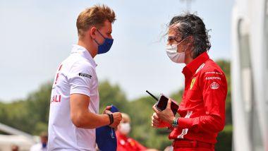 F1 GP Francia 2021, Le Castellet: Mick Schumacher (Haas) a colloquio con il DS Ferrari, Laurent Mekies