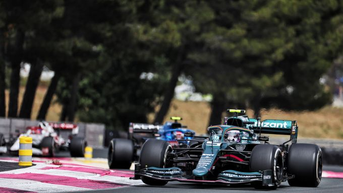 F1, GP Francia 2021: Sebastian Vettel davanti a un'Alpine