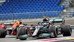 F1, GP Francia 2021: Valtteri Bottas inseguito da Max Verstappen