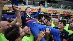 F1 GP Germania 2019, Hockenheim: Kvyat (Toro Rosso) festeggia con i meccanici Toro Rosso