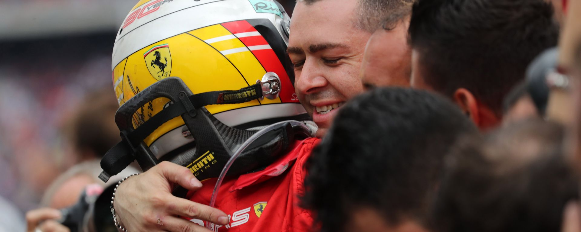 F1 GP Germania 2019, Sebastian Vettel (Ferrari) abbraccia i meccanici dopo il traguardo