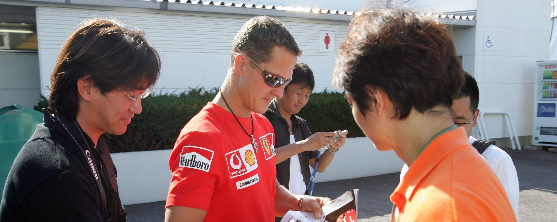 F1, GP Giappone 2005: Michael Schumacher firma autografi ai tifosi