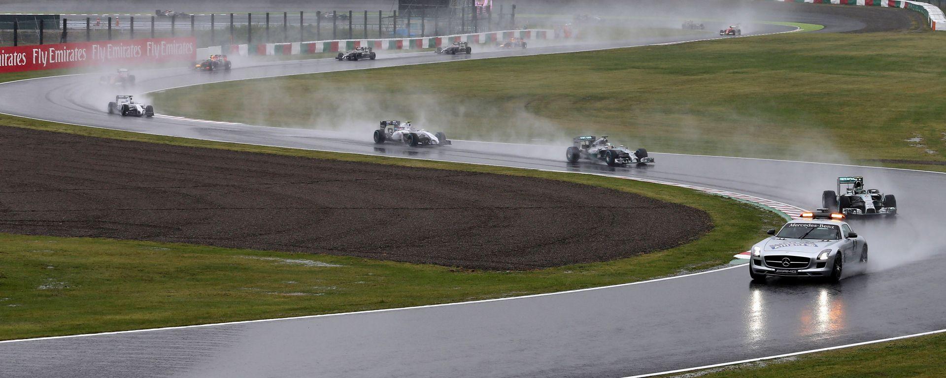 F1 GP Giappone 2014, Suzuka: le vetture in fila dietro la Safety Car