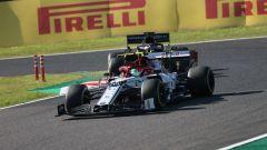 F1, GP Giappone 2019: Antonio Giovinazzi (Alfa Romeo) precede Daniel Ricciardo (Renault)