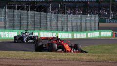 F1, GP Giappone 2019: Charles Leclerc (Ferrari) con alettone anteriore danneggiato e Lewis Hamilton (Mercedes)
