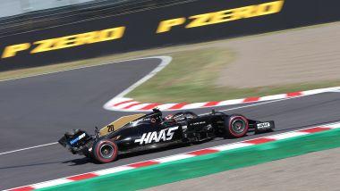 F1, GP Giappone 2019: Kevin Magnussen (Haas) con la vettura danneggiata dopo l'uscita di pista nel corso delle qualifiche