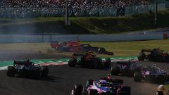 F1, GP Giappone 2019: la partenza della gara di Suzuka, con Max Verstappen (Red Bull) fuori pista dopo il contatto con Charles L