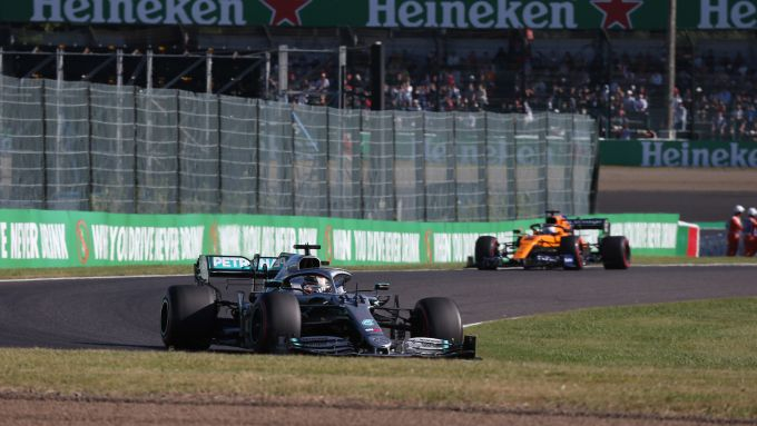 F1, GP Giappone 2019: Lewis Hamilton (Mercedes) precede Carlos Sainz (McLaren)