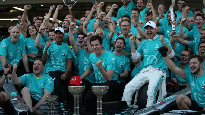 F1 GP Giappone 2019, Suzuka: Lewis Hamilton e Valtteri Bottas festeggiano il successo con il team Mercedes