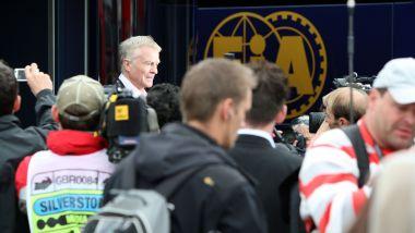 F1 GP Gran Bretagna 2009, Silverstone: Max Mosley accerchiato dai giornalisti