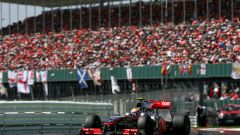 F1, GP Gran Bretagna 2010: Lewis Hamilton impegnato in pista a Silverstone