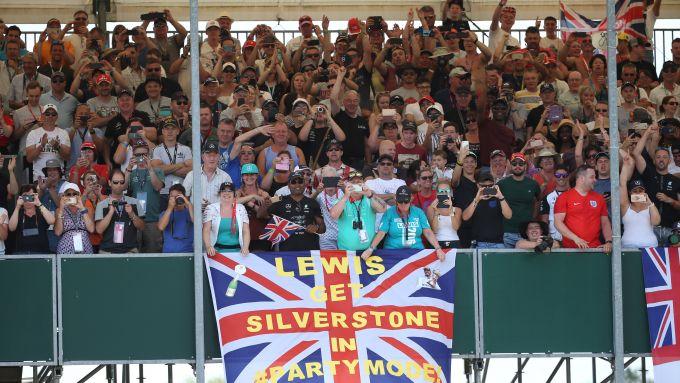 F1, GP Gran Bretagna 2019: tifosi di Lewis Hamilton a Silverstone
