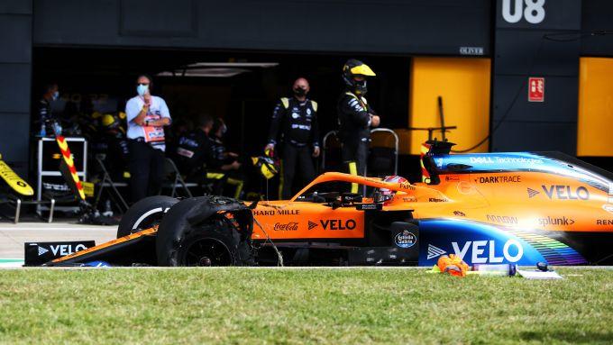 F1, GP Gran Bretagna 2020: Carlos Sainz (McLaren) rientra ai box con una gomma bucata