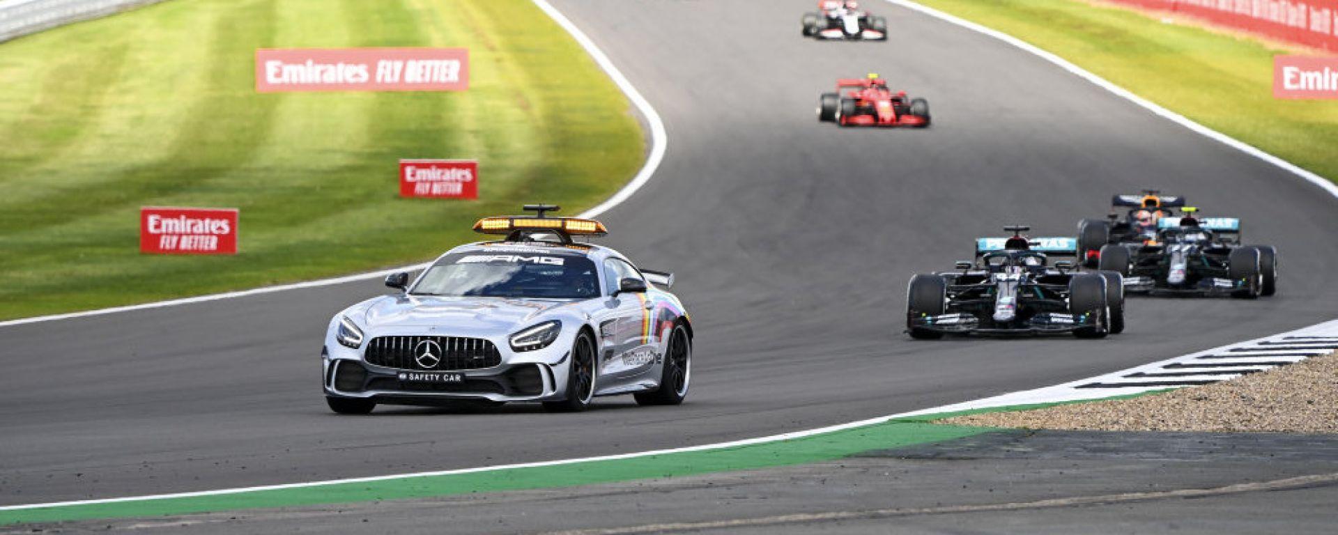 F1, GP Gran Bretagna 2020: la Safety Car guida il gruppo