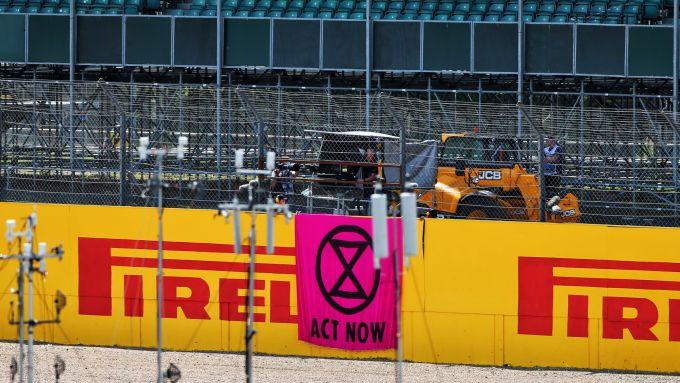 F1, GP Gran Bretagna 2020: lo striscione esposto da Extinction Rebellion