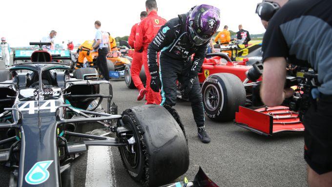 F1 GP Gran Bretagna 2020, Silverstone: Lewis Hamilton controlla la gomma della sua Mercedes W11